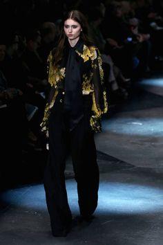 Milano Moda Donna AI 2015/2016: la sfilata di Roberto Cavalli | Camicia nera a fantasia gialla e pantaloni neri | Foto