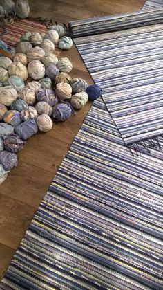 96 Fab DIY Rug Ideas: Weave New Life Into Old Floors – Page 9 of 10 – Usefull Information – Braided Rugs Diy Carpet, Beige Carpet, Diy Pom Pom Rug, Rag Rug Diy, Braided Rag Rugs, Painting Carpet, Faux Fur Rug, Cheap Carpet Runners, Rug Making
