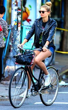 67 Ideas for city bike style cycle chic baskets Jessica Hart, Cycle Chic, Only Shorts, Mode Ootd, Cycling Girls, Women's Cycling, Cycling Jerseys, Mein Style, Bicycle Girl