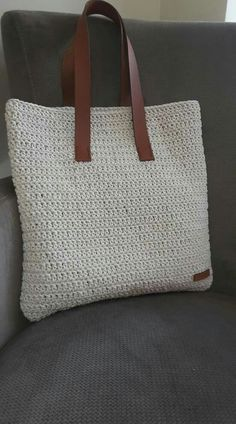 Shopper with leather bottom bag crochet This post was discovered by Gu Borsa a mano corda tote bag bo Discover thousands of images about Beautiful and sturdy crochet pattern for this large and functional handbag in 2 sizes! This is a basic and utilitarian Crochet Shell Stitch, Crochet Tote, Crochet Handbags, Crochet Purses, Hand Crochet, Knit Crochet, Crochet Shoulder Bags, Diy Bags Purses, Tote Bags Handmade