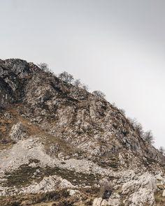 """136 Me gusta, 7 comentarios - Juanjo (@juancrusoe) en Instagram: """"Esos árboles de la ladera me parecen lo más y me acuerdo de Thoreau: «Omito lo extraordinario,…"""""""