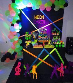 Festa Neon: 80 inspirações dessa festa colorida e muito divertida Neon Birthday, Birthday Goals, 14th Birthday, Foam Party, Glow Party, Disco Party, Sleepover Birthday Parties, Birthday Party Snacks, Neon Party Decorations