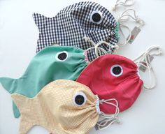 Tutorial for a fish pattern drawstring bag Sewing Tutorials, Sewing Projects, Sewing Patterns, Diy Projects, Sewing To Sell, Sewing For Kids, Drawstring Bag Diy, Fabric Fish, Fish In A Bag