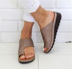 Frauen Casual Flip Flop Sandalen Frauen Strandschuhe - Gifthershoes Source by pattonfrance Wedge Sandals, Leather Sandals, Shoes Sandals, Pu Leather, Summer Sandals, Summer Shoes, Trendy Sandals, Flat Shoes, Toe Shoes