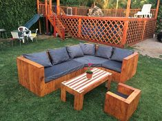 This wood pallet couch setting has been dramatic settled with the sofa set that is additionally paired with the center table piece. You can even view the taste of the small sofa being part of it. The crafting of the wood pallet is done in much modern concepts.