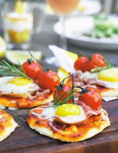 Brunch mini pizza with parma ham, egg & rosemary Pizza Recipes, Brunch Recipes, Breakfast Recipes, Healthy Recipes, Food N, Food And Drink, Brunch Buffet, Breakfast Pizza, Fabulous Foods