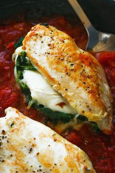 Stuffed Chicken Breasts with Mozzarella & Spinach – Seriously cheesy and bursting with flavors, this quick dinner for two is perfect for a busy night. Quick Dinners For Two, Easy Meals, Healthy Dinner Recipes, Cooking Recipes, Keto Recipes, Cooking Rice, Dessert Healthy, Game Recipes, Spinach Recipes
