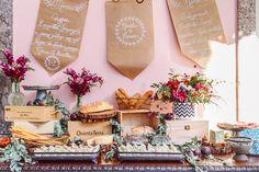 Mesa de frios com pães rústicos e cardápio escrito em folhas de papel // foto:Loveshake