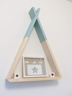 DIY teepee shelf for a child's room - Une Fille - Trend Industrial Furniture 2019 Diy Tipi, Diy Etagere, Handgemachtes Baby, Diy Regal, Baby Bedroom, Diy Furniture, Kids Room, Room Decor, Nursery