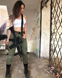 Wich picture is your favorit, 1 or 2 ? Mode Outfits, Girl Outfits, Gunslinger Girl, Fantasias Halloween, Warrior Girl, Female Soldier, Military Women, Badass Women, Girl Photos