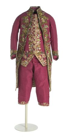 """Vestido """"a la francesa""""   Neoclasicismo, ca. 1770  Compuesto de casaca, chupa y calzón, en tafetán de seda con aplicación de bordado recortado y aplicado en sedas policromas. La casaca, larga hasta las rodillas con pliegues en los laterales y abertura en la espalda. La manga, larga, con forma en el codo y vuelta decorada con botones, al igual que las carteras de los bolsillos. La chupa, con cuello a la caja, cuerpo de perfiles rectos y faldón trapezoidal.   MT000474-76"""