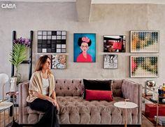 Em seu apartamento, a designer de interiores Daniela Berland Cianciaruso, do escritório Díptico, escolheu para as telas molduras finas e sem adornos. Apostou na mesma cor para todas, com bordas de 3 cm de espessura e acabamento filete, que conserva as obras mesmo sem vidro. Os pôsteres e as fotografias são da Urban Arts, loja onde também mandou fazer a emolduração. Na hora de montar, o retrato de Frida Kahlo (1907-1954), da artista Maria Luziano, foi disposto no centro, e, em volta dele…