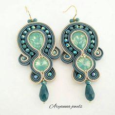 Boucles d'oreilles de soutache fabriquées entièrement à la main avec deux bleu cristaux opale, oignons de printemps et chute en verre. Arrière recouvert en ultrasuede. Crochet en acier inoxydable.