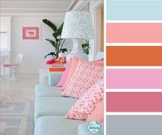 Déco d'intérieur - canapé bleu ciel - coussins au goût pêche - Jolie lampe et ses arabesques bleu pastel.