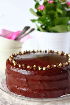 Tässä ihana kakku, jossa käytin edellä mainitsemaani täydellisen mehevää suklaakakkupohjaa. Täytteenä raikas vadelmamousse ja suklaaganachea. … Cheesecake, Pudding, Baking, Sweet, Desserts, Recipes, Food, Drink, Candy