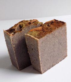 🔸COFFEE CINNAMON🔸 deze zeep ruikt heerlijk naar 'taart' dit komt door het toevoegen van échte kaneel. Daarnaast is er koffie verwerkt in deze zeep die zorgt voor een intense scrub die grondig de huid helpt met het verwijderen van dode huidcellen. Daarnaast is de zeep 100% natuurlijk door gebruik van: Cocoa Boter, Shea butter, olijfolie en castor olie #blondiesoap #naturalsoap #handmadesoap #handmadeskincare #organicsoap #soap #soapjunkie #soaplover #soapmakers #teamblondiesoap