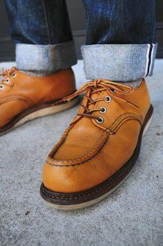 "Red Wing - Work Oxford, #8108 in Maize ""Mustang"" leather.  牛津鞋的鞋面設計,與一般6英寸方頭有些許不同。一般來說,方頭的結構勢將兩片皮革的縫合處削薄粘合,再以縫線固定,但牛津鞋的話,則是單片皮革抓皺,再以縫線定型,除了防水效果更好外,也更為耐用。  Official Red Wing Shoes Taiwan Website: http://redwingshoestw.com/site/index.php... ดูเพิ่มเติม ปีกแดง - งานออกซ์ฟอร์ด #8108 ในข้าวโพด ""มัสแตง"" หนัง Uppers รองเท้า Oxford ด้วยสี่เหลี่ยม 6 นิ้วโดยเฉลี่ยมีความแตกต่างเล็กน้อยได้"