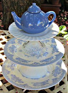 Blue and White Teapot Garden Totem / Centerpiece / Dessert Stand - As Featured… Garden Totems, Glass Garden Art, Glass Art, Garden Whimsy, Garden Deco, Flea Market Gardening, Cake And Cupcake Stand, Dessert Stand, Glass Center