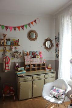 Jolie idée de rangement chambre d'enfant = Détourner un meuble de cuisine en formica