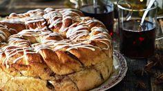 Kierrebostonpullan sisällä on kanelinen pekaanipähkinätäyte. Tasty Pastry, French Toast, Bread, Breakfast, Sweet, Recipes, Food, Morning Coffee, Candy