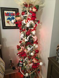 I like the chain garlands made from glitter ribbon Skinny Christmas Tree, Elf Christmas Tree, Elf Christmas Decorations, Christmas Vases, Pallet Christmas Tree, Small Christmas Trees, Whimsical Christmas, Beautiful Christmas Trees, Christmas Centerpieces