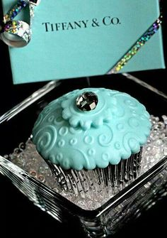 Designer Cupcakes -Tiffany & Co., for tiffany blue wedding Tiffany E Co, Tiffany Party, Tiffany Jewelry, Tiffany Theme, Tiffany Wedding, Beautiful Cupcakes, Cute Cupcakes, Bling Cupcakes, Elegant Cupcakes