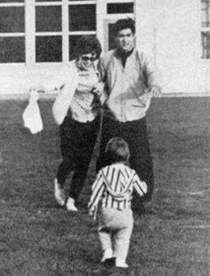 A lovely and rare photo of Linda, Bruce and Brandon. Bruce Lee Master, Bruce Lee Family, Way Of The Dragon, Enter The Dragon, Bruce Lee Chuck Norris, Bruce Lee Photos, Lee Young, Brandon Lee, Mike Tyson