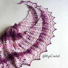 Wild Wheat sjalen är formad som en månskära och kan göras hur stor eller liten du vill. Alltså kan du använda vilket garn och virknål du vill och sedan anpassa antalet varv :) Wild Wheat shaw…