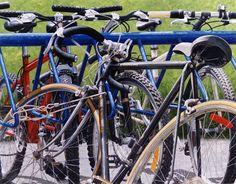 """""""Bicicletas-Rack"""" Acrílico sobre tela. 60x78cm. 1999.   www.zesatti.com"""