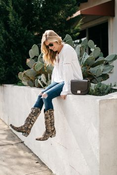 flare sleeved white top, ripped skinny jeans, cowboy boots, how to wear cowboy boots, rodeo style