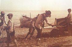 La jábega en la orilla, mientras los pescadores tiran del copo.