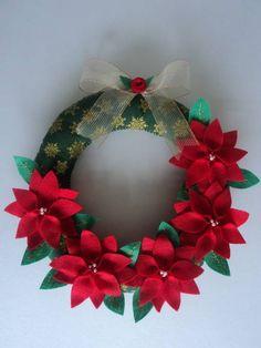 GUIRLANDA DE NATAL TODA FEITA À MÃO  CONFECCIONADA EM TECIDO COM APLICAÇÃO DE FLORES E FOLHAS EM FELTRO  LINDA E EXCLUSIVA. VOCÊ NÃO VAI ENCONTRAR OUTRA IGUAL Christmas Makes, Felt Christmas, Christmas Time, Christmas Ornaments, Christmas Ceiling Decorations, Handmade Christmas Decorations, Christmas Projects, Holiday Crafts, Xmas Wreaths