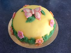 Boltaart - Buscuitcake, aardbeiengelei en slagroom, gedecoreerd met marsepein