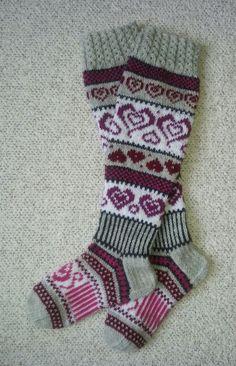 Sinikan sydänsukat. Ohje Novita-lehdestä 3/2016 Loom Knitting, Leg Warmers, Fiber Art, Slippers, Faith, Sock Knitting, Leg Warmers Outfit, Loom, Slipper