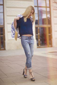 6fbac8c6de ... farmer – GAP metallic sandals // szandál – Zara golden chain clutch //  arany táska – DKNY blue knitted top // sötétkék kötött felső – H&M Trend.