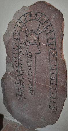 La pierre runique U 214 (Vallentuna, Uppland) a été dressée à la mémoire d'un homme péri en mer Baltique par les femmes de sa famille. Elle porte une inscription en partie versifiée, qui est le plus ancien exemple de rime finale en Suède. Pour en savoir plus : http://www.fafnir.fr/u-214-et-u-215.html.