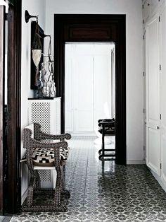 Fraaie combinaties met zwartwit kleurenschema en patronen op de vloer, wand en kussens