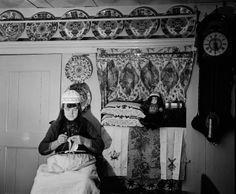Vrouw in klederdracht op pronkbed, Marken (1950-1960) fotograaf: Oorthuys, Cas #NoordHolland #Marken