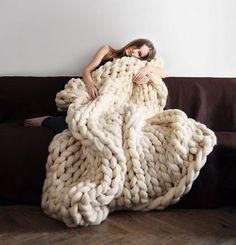 Cuando se acerca el invierno es hora de sacar las mantas del armario, pero fíjate por donde resulta que también te puedes hacer una como la que ves más abajo, una super-manta gigante que puedes hacer con croché. Eso sí, como es gigante no pienses que la puedes tejer con las agujas típicas … sino con tubos de PVC! como lo lees.El invento sale de la mente de Laura Birek que, según parece, tenía unos tubos de PVC en su casa y no se le ocurrió otra cosa mejor que aprovecharlos para tricotar…
