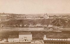 Panorama zachycující Vyšehrad pochází asi z roku 1865, autor snímku není znám. V popředí je patrné smíchovské vlakové nádraží. History Photos, Belle Epoque, Old Pictures, Historical Photos, Czech Republic, Prague, Paris Skyline, Black And White, City