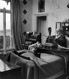 Henri Matisse sculpting in bed