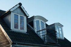 Modern, klasszikus, függőleges tetőtéri ablakok