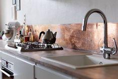 Медный кухонный фартук в дизайне кухни