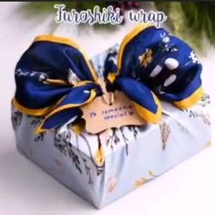 DIY hacks and fun ideas that you must try yourself. Gift Wrapping Clothes, Baby Gift Wrapping, Gift Wrapping Tutorial, Gift Wraping, Creative Gift Wrapping, Wrapping Ideas, Japanese Gift Wrapping, Japanese Gifts, Diy Hacks