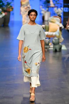 Varun Bahl Prêt at Lakmé Fashion Week summer/resort 2019 Indian Attire, Indian Wear, Indian Outfits, Embroidery Suits, Embroidery Fashion, Trendy Suits, Long Tunic Tops, Kurti Neck Designs, Vogue India