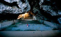 ラオス北東部に走る峡谷の石灰岩の崖をくりぬいて造られたビエンサイの地下劇場。ラオス愛国戦線の指導者や兵士が、さまざまな娯楽を楽しんだ。写真:Bert de Ruiter/Alamy
