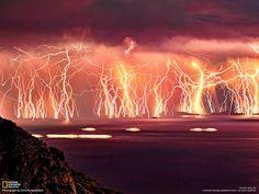 """稲妻でできた""""壁""""(エーゲ海・イカリア島)撮影者のコッツィオポウロス(39)は、エーゲ海のイカリア島で見た激しい雷雨に想..."""