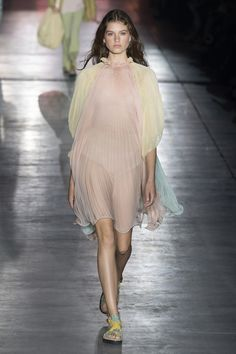 Alberta Ferretti Spring 2019 Ready-to-Wear Fashion Show Collection: See the complete Alberta Ferretti Spring 2019 Ready-to-Wear collection. Look 34 Alberta Ferretti, Fashion Show Collection, Designer Collection, Vogue Paris, Runway Fashion, Fashion Outfits, Fairytale Fashion, Milano Fashion Week, Mannequins