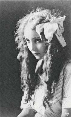 Bessie Love performed in the Ziegfeld Follies of 1918