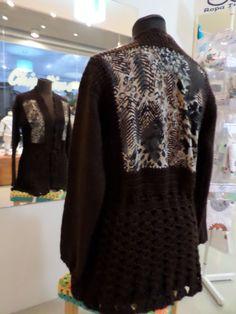 saco tejido a crochet combinado con tela